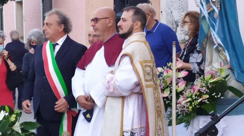 Nico Schiaffino tra il sindaco e il parroco di Stintino