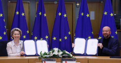 Charles Michel, Ursula von der Leyen, firma brexit, foto Copyright European Union