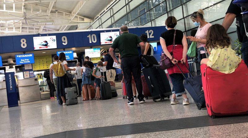Partenze, turisti aeroporto di Cagliari, foto SOGAER